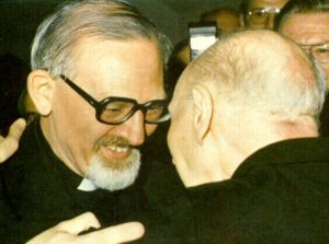 kolvenbach-abraza-a-arrupe-tras-ser-elegido-su-sucesor-1983